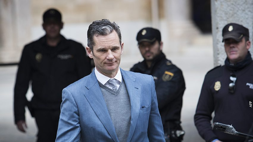 Former Olympic handball player and husband of Spain's Princess Cristina, Inaki Urdangarin (C) leaves the courthouse in Palma de Mallorca, on the Spanish Balearic Island of Mallorca on February 23, 2017.  A Spanish court decided today that the king's brother-in-law, who was handed six years and three months jail for syphoning off millions, will remain free without bail as he prepares to appeal.   / AFP PHOTO / JAIME REINA