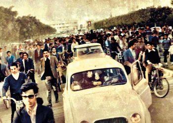 سعيد بونعيلات في سيارة عمر بنجلون لحظة مغادرته السجن المركزي بالقنيطرة سنة 1972، متوجها نحو القنيطرة، في موكب احتفالي.